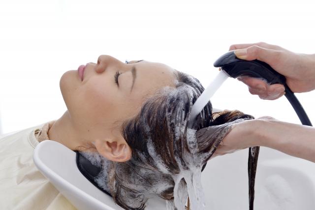 ヘッドスパでシャンプーを洗い流す